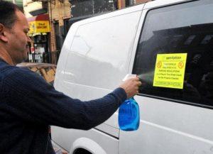Как снять наклейку со стекла автомобиля без следов