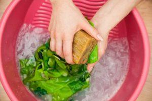 Как убрать запах пота с одежды под мышками без стирки: рецепты и советы, как быстро избавиться от неприятного аромата